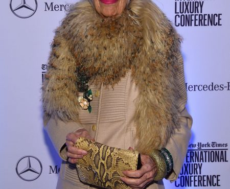El joven espíritu de Iris Apfel a sus 96 años, el icono de moda estrena colaboración deco y ya tiene su propia Barbie