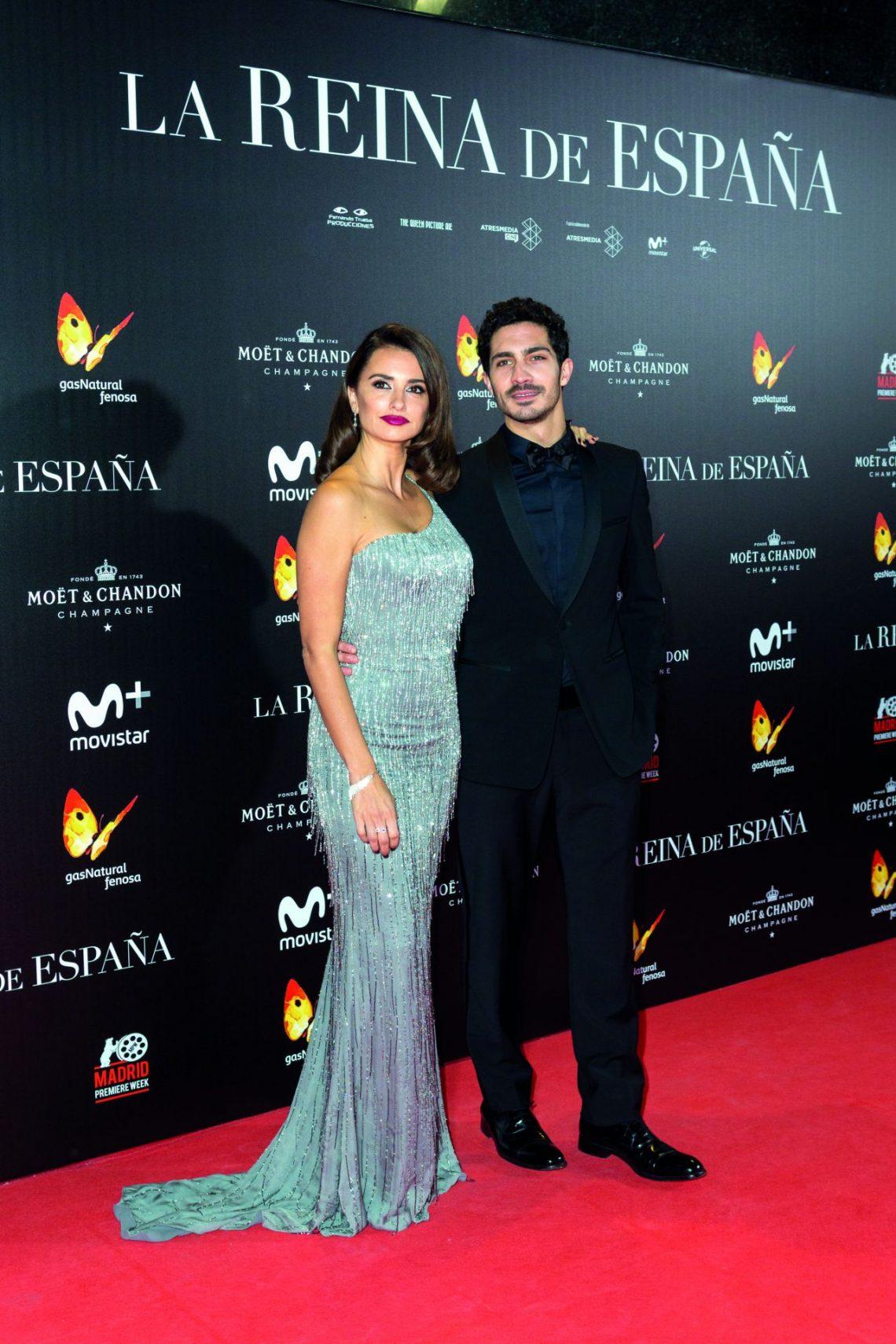Penélope Cruz deslumbra en la alfombra roja de la première 'La Reina de España'