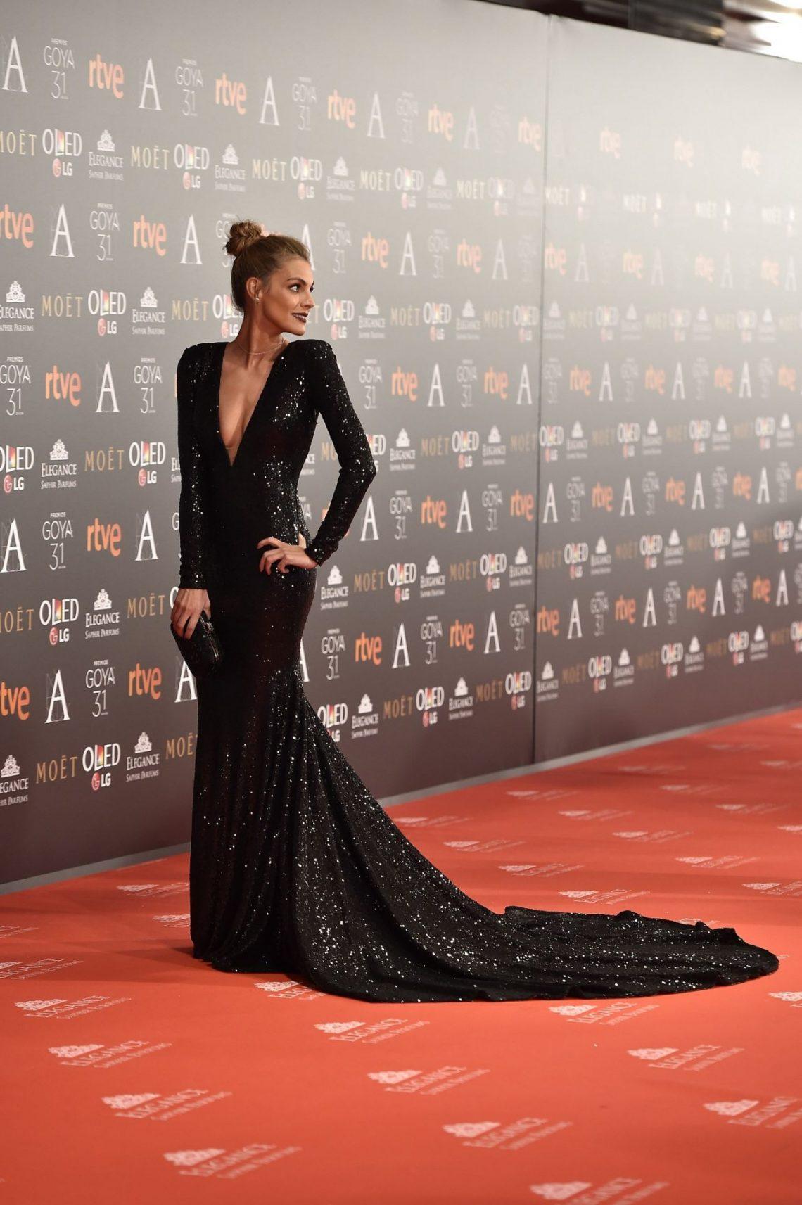 19334a9ed7 El impactante vestido de Amaia Salamanca la posiciona entre las favoritas  de la noche de Los