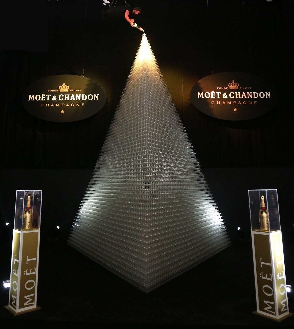 Moët-Chandon_Récord-Guinness_Greatest-Champagne-Pyramid-1