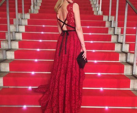 Marta Hazas deslumbra en la alfombra roja de los Premios Platino