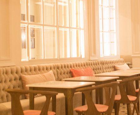 En Barcelona hay nuevo local de moda y no sabemos que nos gusta más si su renovada deco o su rica comida