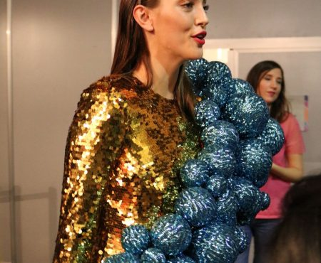 Ágatha Ruiz de la Prada tiene el mejor vestido para estas fiestas (lo vimos en el backstage de su desfile y es sólo apto para atrevidas)