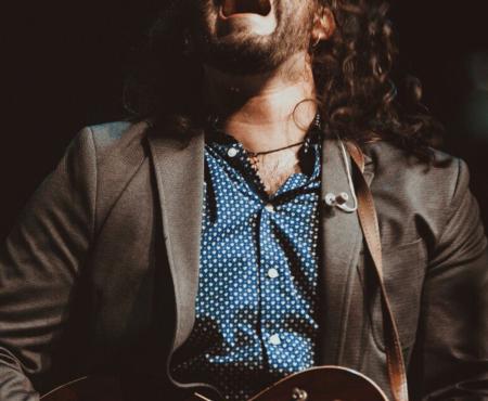 ¿Conoces a un músico callejero muy especial? Entonces Andrés Suárez tiene algo (precioso) que decirte bajo el hashtag #AbriendoVentanas