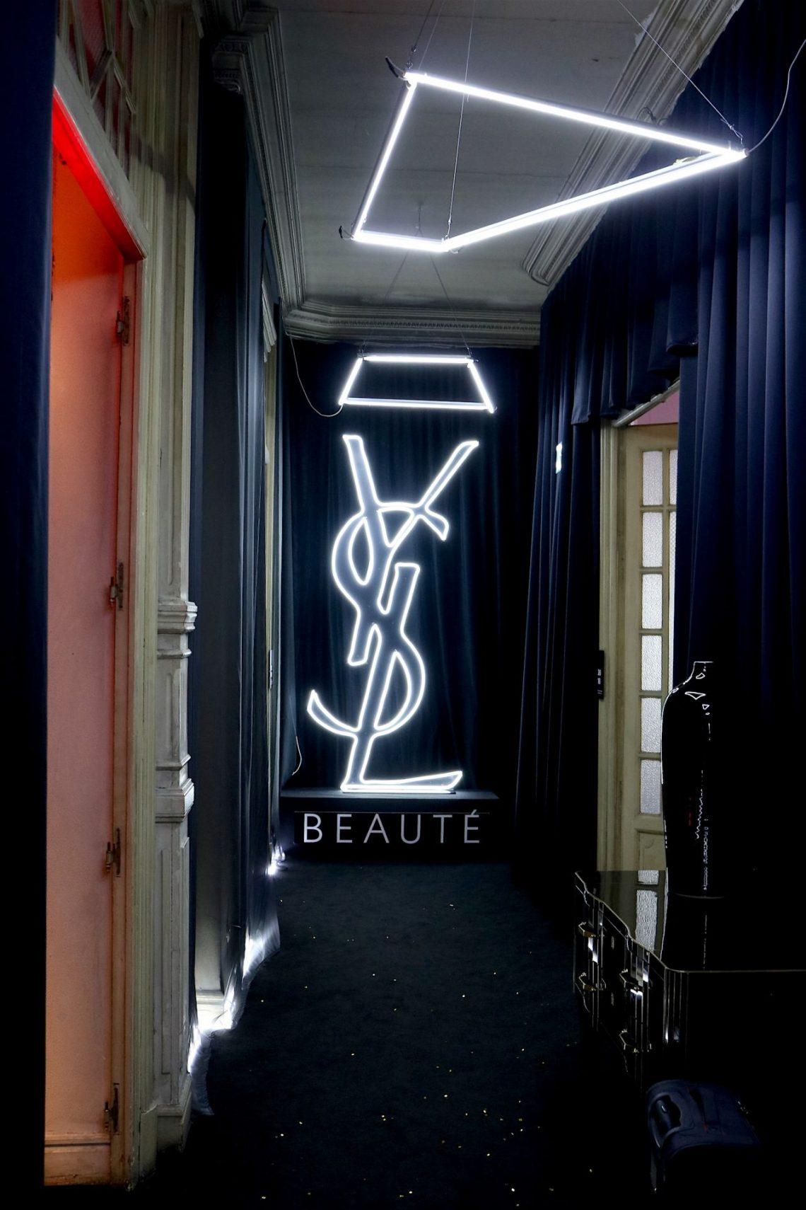 Entramos en el espectacular hotel efímero de Yves Saint Laurent en Madrid y recorremos sus estancias ¿preparados para el check-in?