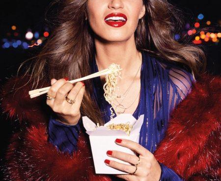 Sara Carbonero tiene el rojo de labios que ha causado furor, el más vendido de la marca (y sabemos qué número es)