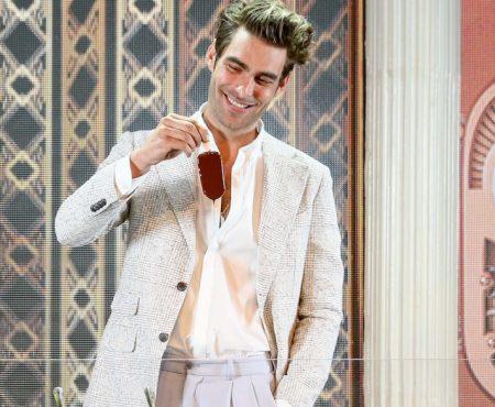 Jon Kortajarena da el pistoletazo de salida al verano customizando su propio helado en la fiesta de Magnum