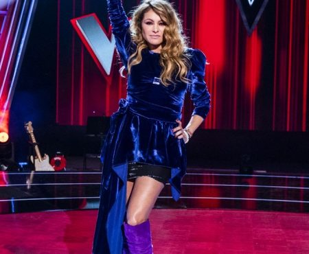 El vestido que va a arrasar estas Navidades y que hemos intuido que Paulina Rubio ya lo lleva en las grabaciones de La Voz