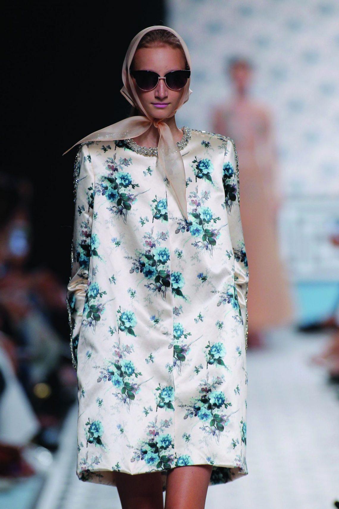 Este complemento lo vimos en la pasarela y Zara ya lo incluye en sus escaparates ¿Resultado? Nueva tendencia a pie de calle