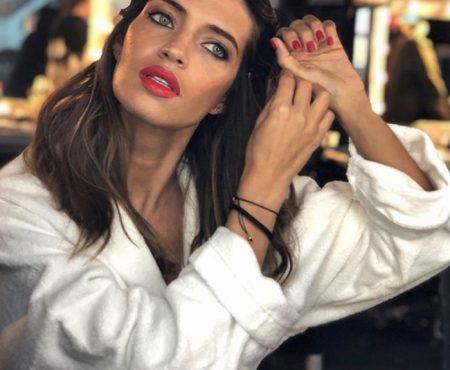 Sara Carbonero se fija en el catálogo de Zara para crear su estilismo y la opción es perfecta para un look de diario