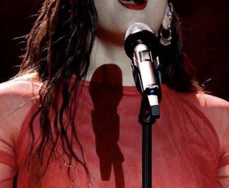 Rosalía impacta con su actuación en los Premios Goya pero su look beauty tampoco nos ha dejado indiferentes (sabemos que iluminador obró el milagro de su piel perfecta)