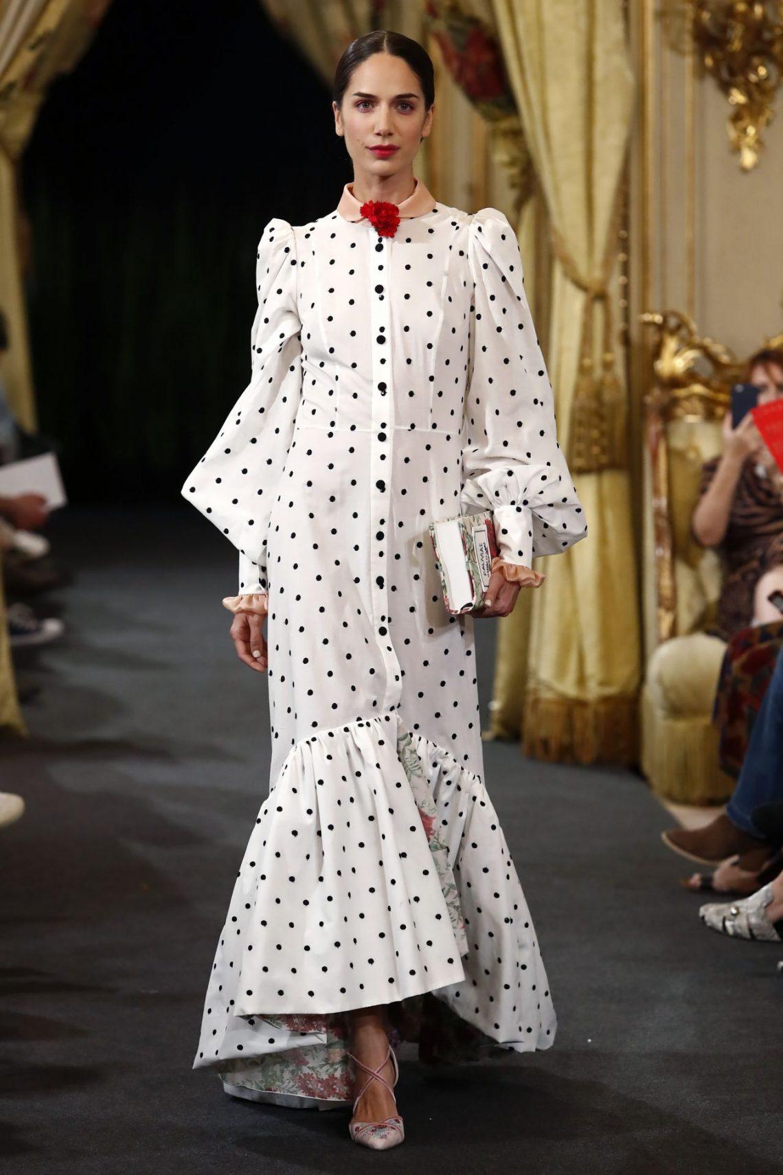 El vestido de lunares de Cristina Piña por el que todo el mundo suspirará (y el resto de la colección no se queda atrás)