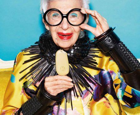 El icono de moda Iris Apfel sorprende con una nueva campaña a sus espléndidos 97 años