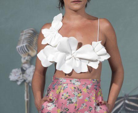 ¿Puede ser este el mejor look de María León hasta la fecha? Su particular homenaje a la serie nos ha FASCINADO