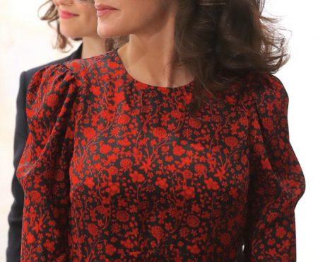 La Reina escoge un favorecedor look de rebajas en su cita con el arte contemporáneo en Madrid